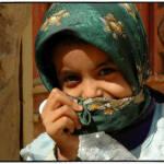 Jemen Mädchen Kopftuch Hunger, schlechte medizinische Versorgung und Trinkwassermangel - Im Jemen leiden viele Kinder unter dem Bürgerkrieg | Bild (Ausschnitt): © Dietmar [CC BY-NC-ND 2.0] - flickr
