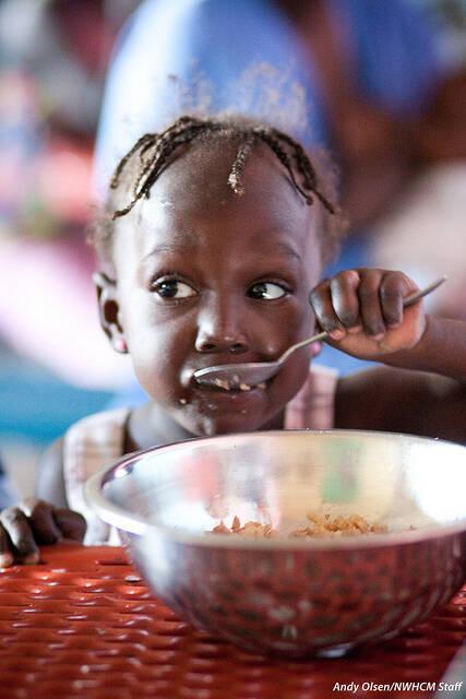 Haiti Kind Essen Nutrition Program Haiti. Ein Mädchen bekommt Essen von einer Essensausgabe. Gerade Krisen, wie die in Haiti, bekommen wenig mediale Aufmerksamkeit |  Bild: © Feed My Starving Children (FMSC) [CC BY-ND 2.0]  - flickr