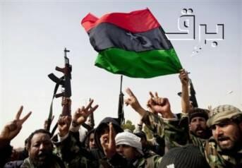 Rebellen in der Erdölstadt Ras Lanuf mit einer prä-Gaddafi-Flagge