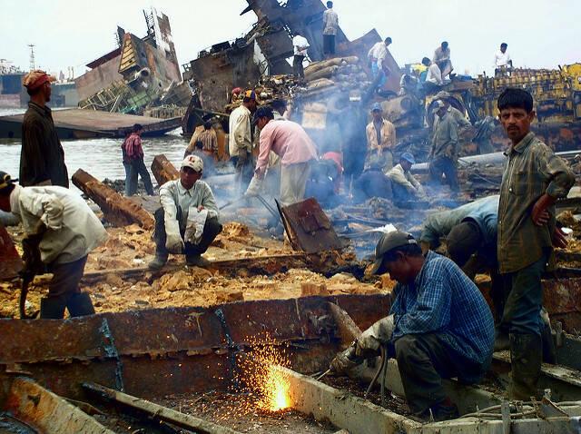 Ohne Schutzbekleidung riskieren Menschen in Asien auf Abwrackwerften für einen geringen Lohn  tagtäglich ihr Leben    Bild: ©  Adam Cohn [CC BY-NC-ND 2.0]  - flickr