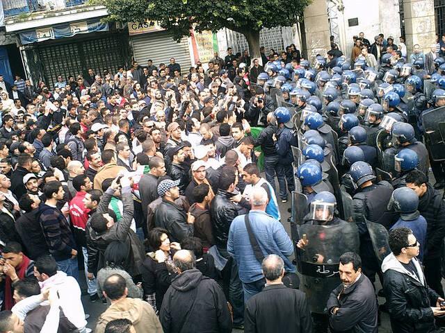 Tausende Menschen Algeriens demonstrieren gegen eine fünfte Amtszeit des amtierenden Präsidenten Abdelaziz Bouteflika |  Bild: © Magharebia [CC BY 2.0]  - flickr