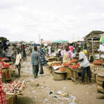 Ghana Markt Tomaten Auf den Märkten in Ghana findet man immer weniger regionale Produkte | Bild (Ausschnitt): © hiroo yamagata [CC BY-SA 2.0] - flickr