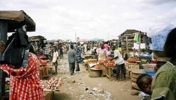 Ghana Markt Tomaten Auf den Märkten in Ghana findet man immer weniger regionale Produkte |  Bild: © hiroo yamagata [CC BY-SA 2.0]  - flickr
