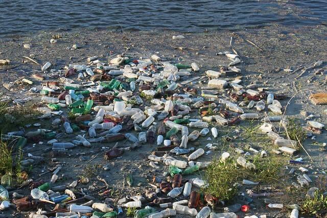 Wegwerfplastik verschmutzt die Strände und Weltmeere und entzieht den Anwohnern ihre Lebensgrundlagen |  Bild: ©  Water Alternatives [CC BY-NC 2.0]  - flickr