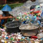 Mann sortiert Plastik Da China kürzlich den Import von Plastikabfall eingestellt hat, landet immer mehr Müll aus Europa in südostasiatischen Entwicklungsländern | Bild (Ausschnitt): © Ikhlasul Amal [CC BY-NC 2.0] - flickr