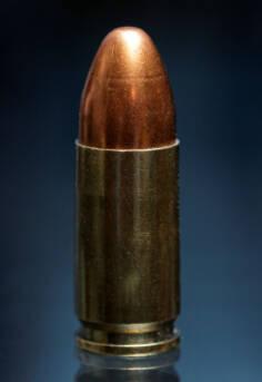 """Waffenhandel Waffenhandel     Bild: """"9 mm Patronen - Munition aufgestellt in einer Reihe auf weißem Hintergrund"""" © Marco Verch [CC BY 2.0]  - flickr"""