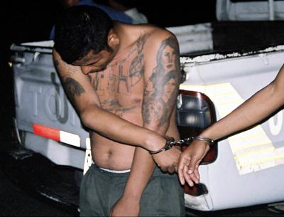 Ein Mitglied der Mara Salvatrucha wird verhaftet