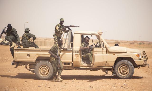Nigrische Soldaten trainieren in Agadez