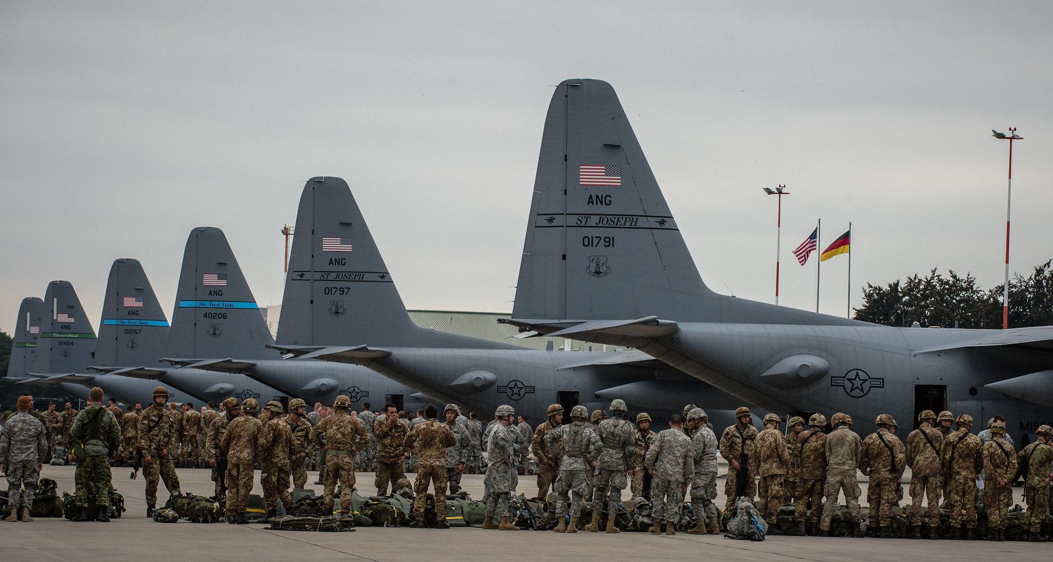 US-amerikanische und italienische Soldaten kurz vor einer gemeinsamen Übung am Militärstützpunkt Ramstein in der Rheinland-Pfalz