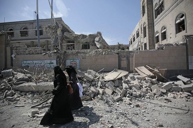 Zwei Frauen im kriegszerstörten Sanaa, Jemen
