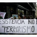 Globaler Widerstand gegen die Repression von Mapuche: Protest vor der chilenischen Botschaft in Berlin mit dem Spruchbanner