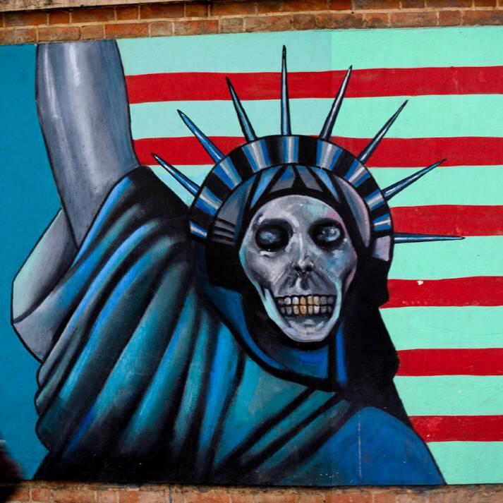 Die ehemalige amerikanische Botschaft in Teheran ist inzwischen mit anti-amerikanischen Bildern bemalt Die ehemalige amerikanische Botschaft in Teheran ist inzwischen mit anti-amerikanischen Bildern bemalt |  Bild: ©  · · · — — — · · · [CC BY-NC 2.0]  - Flickr