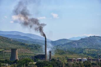 Die durch Entwicklungshilfe subventionierte umweltschädliche Infrastruktur für fossile Brennstoffe untergräbt die Fortschritte, die beim Klimawandel und bei der internationalen Entwicklung erzielt wurden. Die durch Entwicklungshilfe subventionierte umweltschädliche Infrastruktur für fossile Brennstoffe untergräbt die Fortschritte, die beim Klimawandel und bei der internationalen Entwicklung erzielt wurden. |  Bild: © Pasztilla aka Attila Terbócs [CC BY-SA 4.0]  - Wikimedia Commons