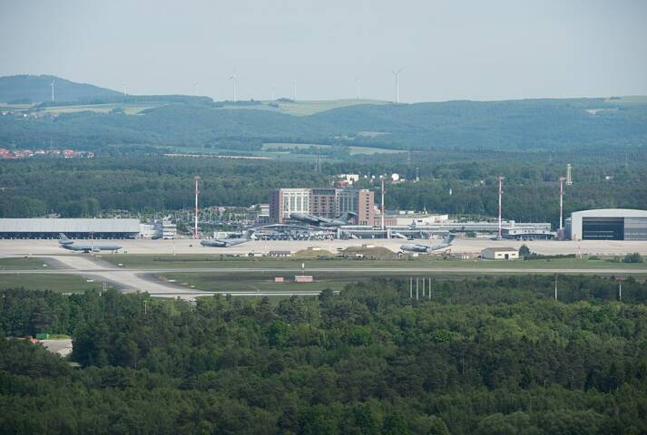 Blick auf die Ramstein Air Base mit Flugfeld, Hauptgebäude und Hangar Blick auf die Ramstein Air Base mit Flugfeld, Hauptgebäude und Hangar |  Bild: © Beowulf Tomek [CC BY-SA 4.0]  - Wikimedia Commons