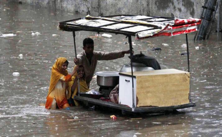 Kinder verkaufen Essen im überfluteten Gebiet     Bild: © IRIN Photos [CC BY-NC-ND 2.0]  - flickr