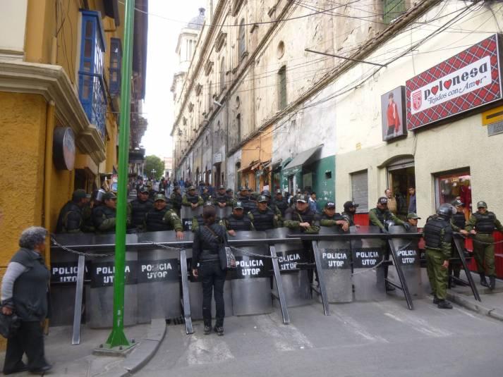 Eine Straßenblockade in La Paz (Bolivien) 2016. Auch bei den aktuellen Konflikten kam es immer wieder zu Blockaden. Das Militär ging dabei häufig gewaltsam gegen Demonstranten vor.     Bild: © C-Monster [(CC BY-NC 2.0)]  - flickr